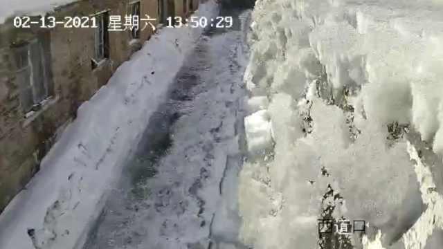 场面壮观!东北房顶积雪滑落像雪崩
