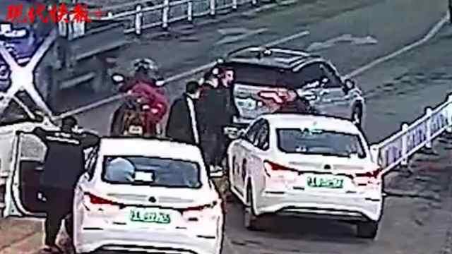 """一起轻微碰擦事故,两名司机竟在街头上演""""全武行"""""""