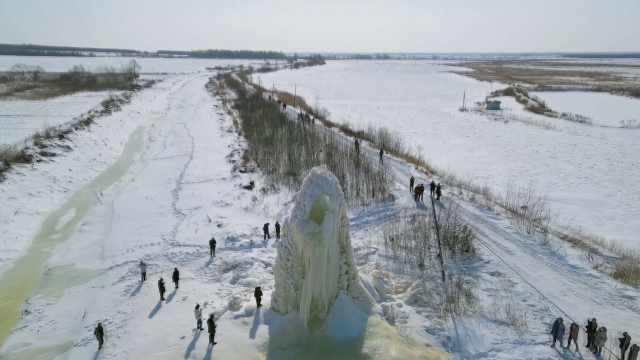 真东北特色!农田中惊现10米冰塔如玉雕,形成原因令人称奇