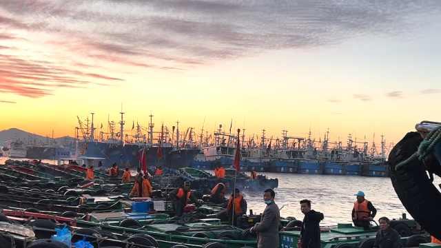 春节刚过渔船开船渔民开工