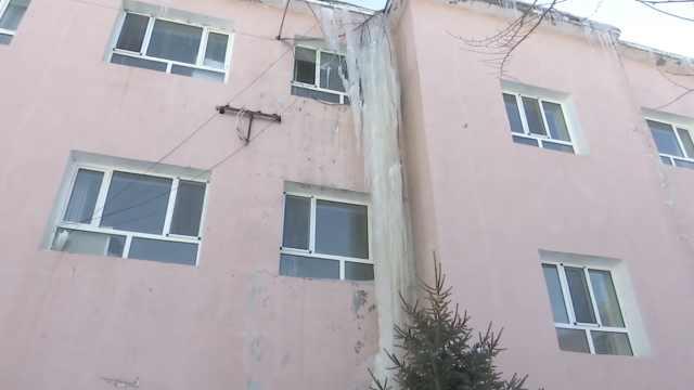 冰雪融化居民楼外挂15米巨型冰柱,消防员一锤一锤敲碎排隐患
