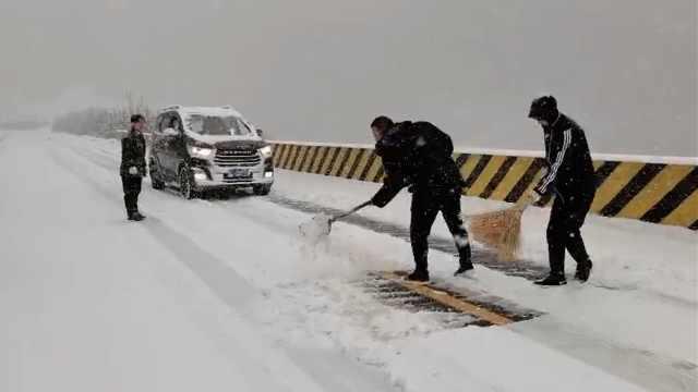 山西大雪压路45分钟车程开了4小时,全车人边走边扫雪