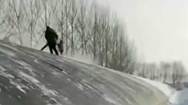大雪封堵草莓大棚半米深,村民用鼓风机清雪
