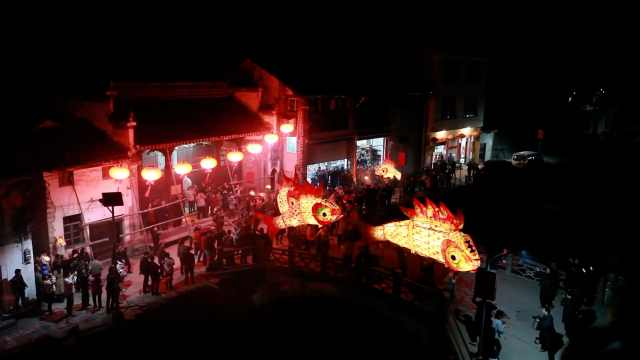 安徽千年古村点亮鱼灯会,传承600年的民俗成年轻人的狂欢