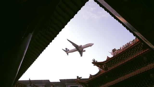 厦门老街魔幻奇景:拿起晾衣杆似乎就能摸到飞机