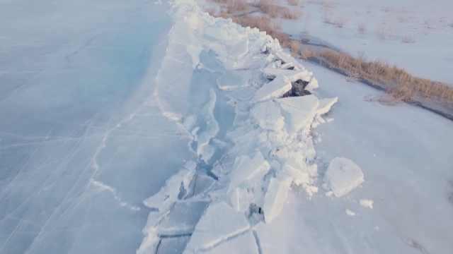 新疆博斯腾湖现数十里长推冰景观,绿水白冰美不胜收