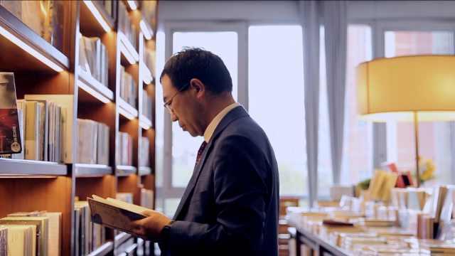 跟经济学家何帆逛书店:理解未来最好的办法,是多读历史