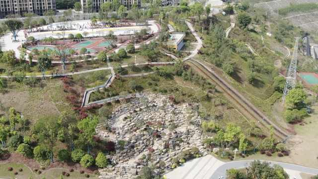 "8D魔幻重庆又上新!荒坡变""挂毯公园"",最大高差达70米"