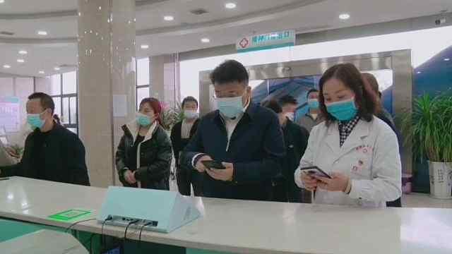 桐梓县委书记吴高波带头接种新冠病毒疫苗!