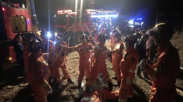 三岁小孩不慎掉入30米深古井,庆阳消防紧急救援