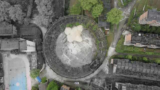 贵州深山31栋楼只住6户人,还有巨型飞碟建筑