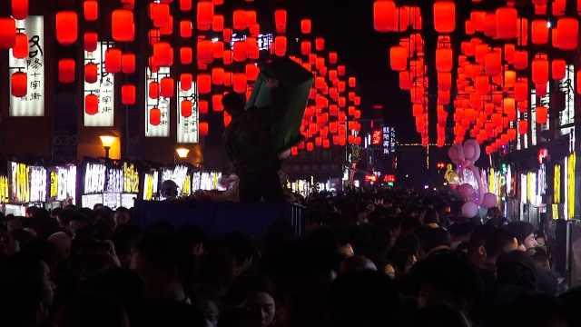 游客打卡洛阳网红小吃街留数万斤垃圾,环卫干到凌晨不敢停