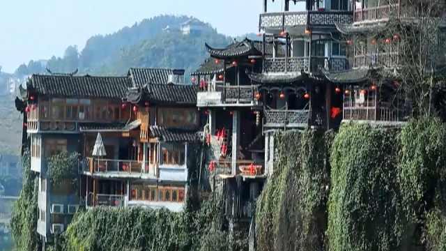 一个神秘的千年古镇,房子全部建在悬崖和瀑布边,是为什么?