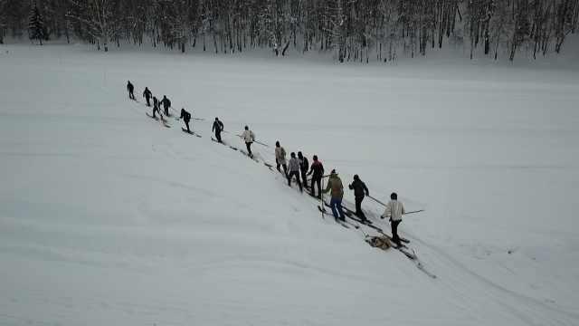 """一万年前的滑雪板长啥样?滑雪界""""活化石""""至今仍被使用"""