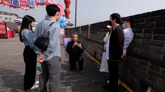 71岁老人为游客义务讲解西安城墙6年:不想他们来了后悔