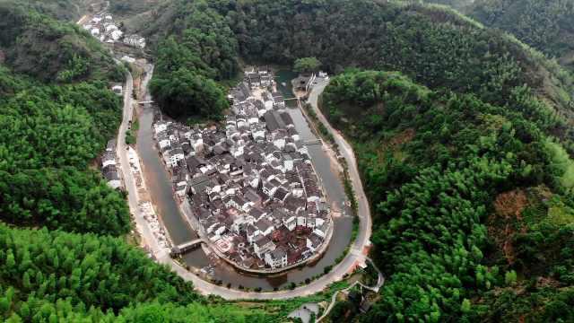 中国最圆村庄:小河环绕大半个村,家家户户门口刻家训