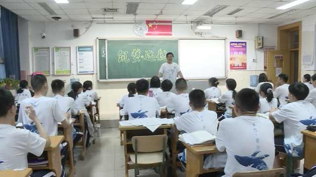 衡水中学班主任带出近百名清北生,每天清晨陪学生跑操
