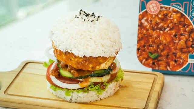 融合东西方元素的快餐~「意式植物肉酱鸡X米饭汉堡」