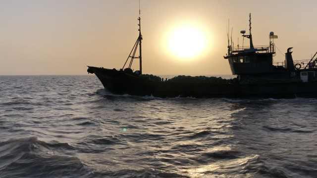 丹东海域增殖放流护生态,惊涛骇浪中投入虾苗近7000万只