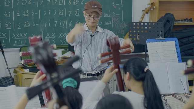 70岁老知青重回大山,带出了一支学生乐团