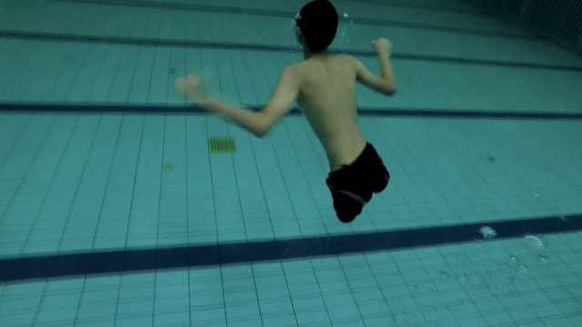 无腿少年用双臂行走,游泳速度似飞鱼,还是学霸