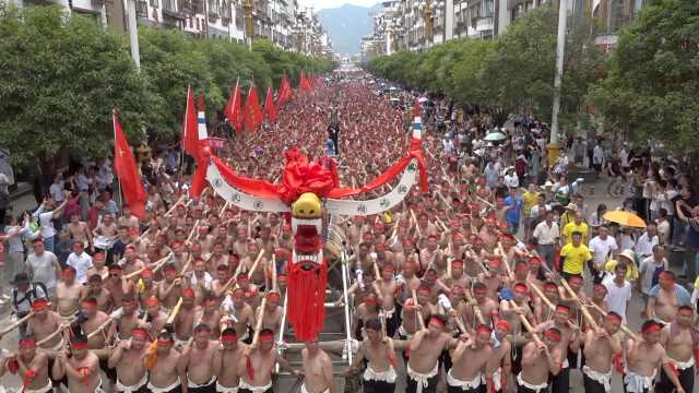 猛龙过街!2169名壮汉抬世界最长木龙舟过街,用6辆吊车入河