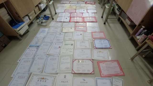 西安学霸宿舍4女孩全考研上岸,4年获近百张奖状铺满宿舍一地