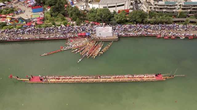世界最长木龙舟载300多人表演,小龙舟护卫犹如舰队