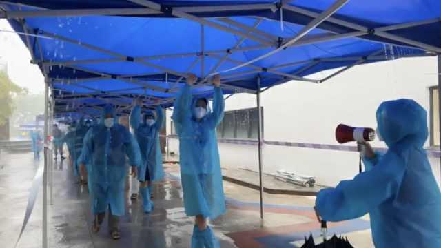 心酸又感动!暴雨突袭广州核酸检测点,医护志愿者身体固定帐篷