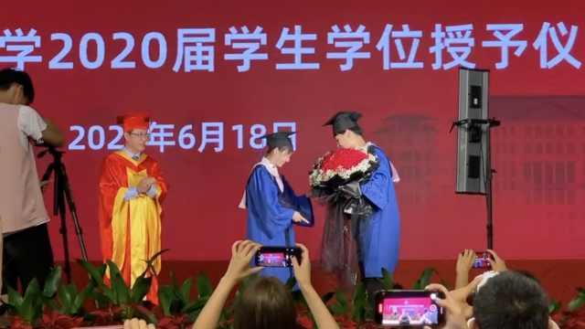 超甜!学生毕业典礼上求婚,校长全程姨母笑