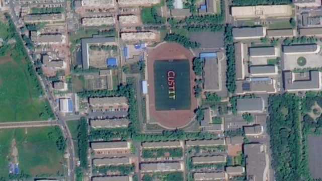 卫星高空为数百大学生拍特殊合照,学生摆学院英文缩写造型