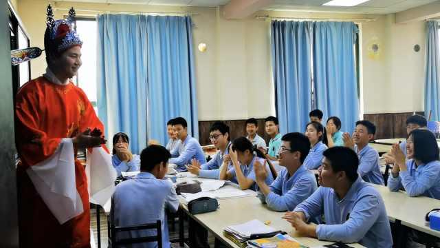 中考前最后一节课老师穿上状元袍,引发全班尖叫:望学生高中