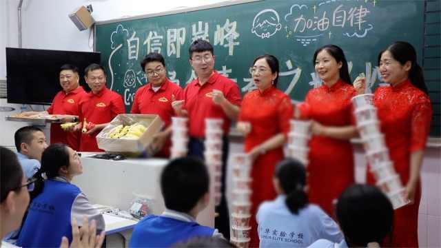 初三老师穿旗袍给中考生送披萨米线:披荆斩棘统统过线