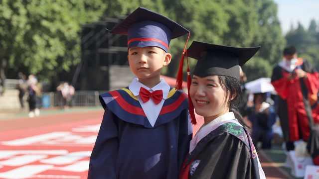 博士妈妈带6岁娃见证毕业现场哽咽:常不在身边,儿子付出很多