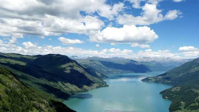 人间最后一片净土!航拍新疆喀纳斯最美季节,湖光山色如临仙境