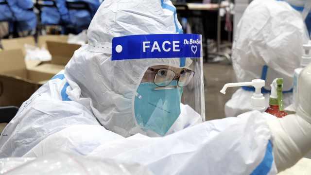"""广州核酸采样医生的一天:在移动""""桑拿房"""",最高日采万人"""