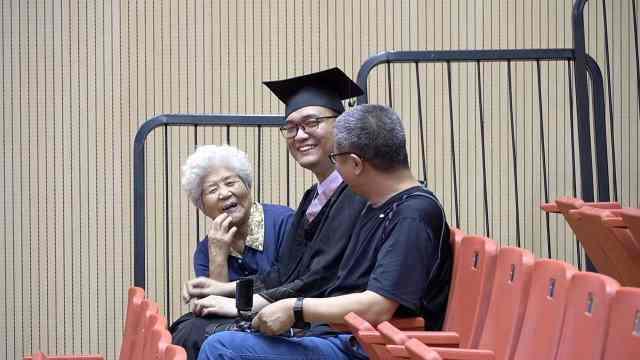 83岁奶奶瞒着孙子,坐两小时高铁偷偷参加孙子毕业典礼