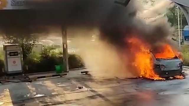 东风启辰D60自燃目击者:现场爆炸声不断