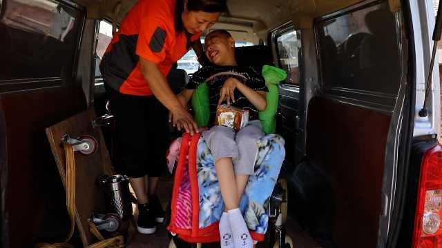 单亲妈妈每天带脑瘫儿子送货,参加亲人婚礼都遭嫌弃