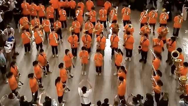 学生乐团滞留郑州高铁站演奏歌曲:用音乐感染旅客