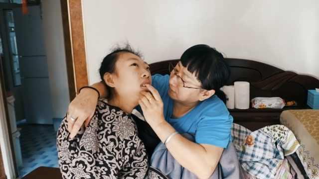 护士收养脑瘫弃婴20多年,至今未婚