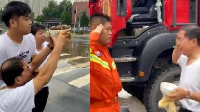 郑州大叔举鸡蛋含泪跪谢消防:排涝一夜没睡,是救郑州的亲人