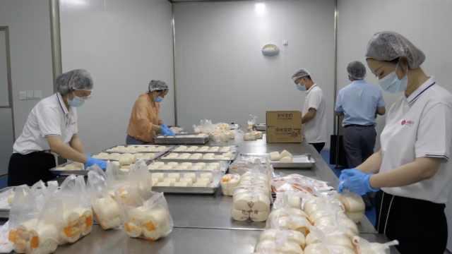 湖北一企业3天赶制10万个馒头驰援郑州,40个员工24小时在岗
