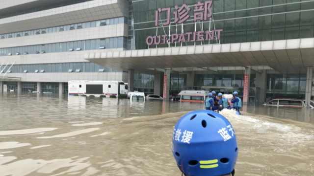 郑州孕妇被困医院2天1夜,蓝天救援队8人蹚深水
