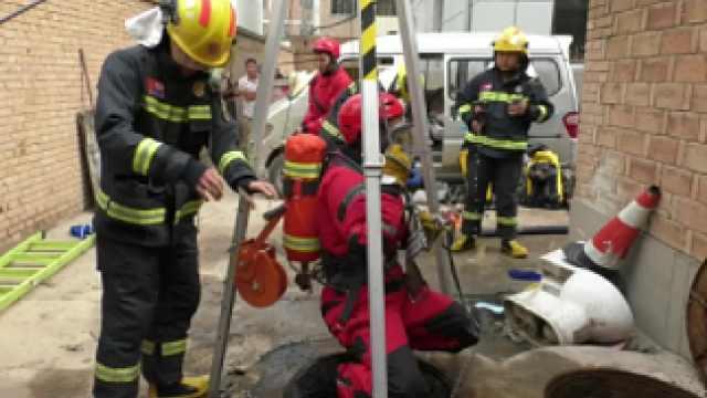 甘肃庆阳:两名男子被困化粪池 消防紧急救援