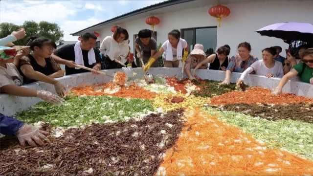 彪悍!东北女村支书宣传村里大米,用3米锅6小时做千人份拌饭