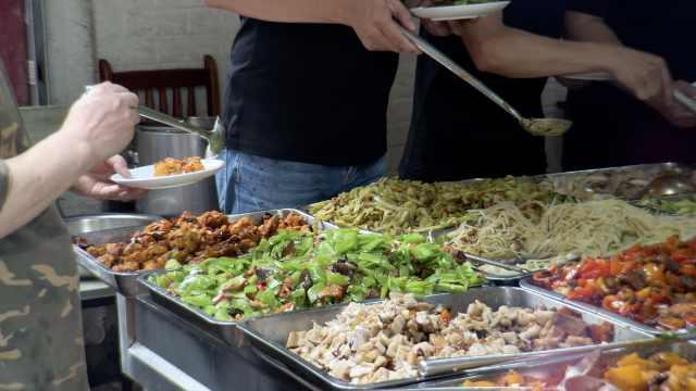 成都最便宜自助餐!14元有20多种肉菜随便吃,老人小孩免费
