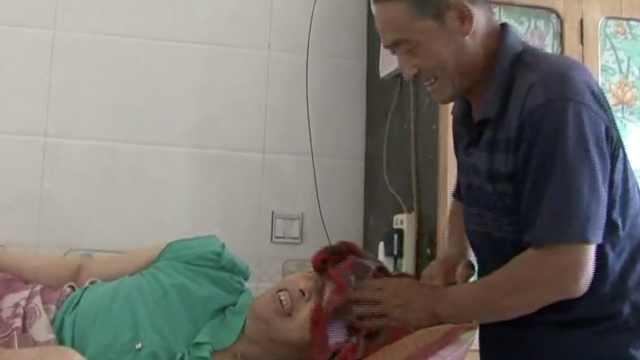他照顾瘫痪妻子30余年: 约定要同时离开世界