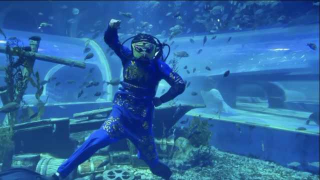 潜水员自学3个月在水下表演川剧变脸,衣服道具都是重新设计
