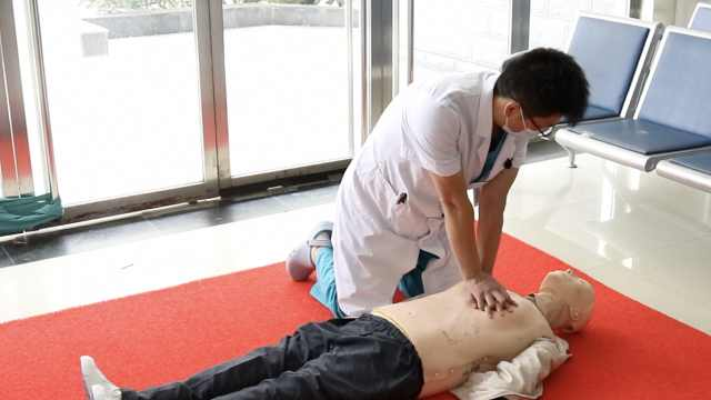 男子街头心肺复苏抢救昏迷者被指动作错误,医生做出正确示范